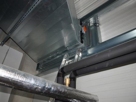 Beispiel Außenluftklappe an Außenwand. Es kommt durchaus häufiger vor, dass wir nach Absprache Luftklappen für unsere Prüfung manuell schließen.
