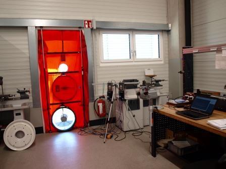 Blower-Door-Test an einer Produktionshalle nach Feierabend der Beschäftigten.