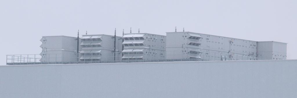 Wetterfeste Lüftungsanlagen auf dem Dach einer Halle