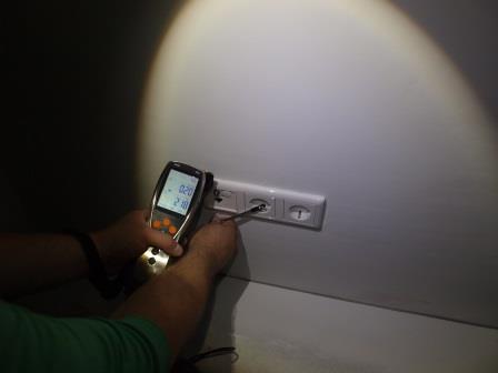 Referenz_Blower-Door-Test_Wohnanlage_Unterhaching_Leckageortung_mit_Stirnlampe.jpg